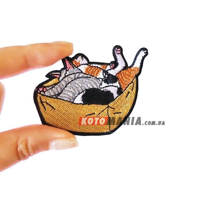 """Значок с вышивкой """"Коробка котов"""""""