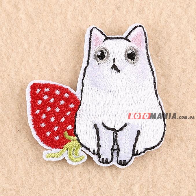 Термонашивка патч Білий кіт із полуничкою