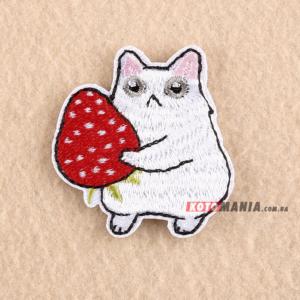 Термонашивка патч Білий кіт із полуничкою у лапках